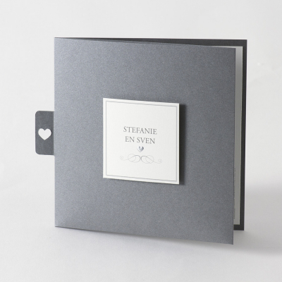 Staalgrijze pochette met uitgekapt hartje en naamkaartje (105.035)