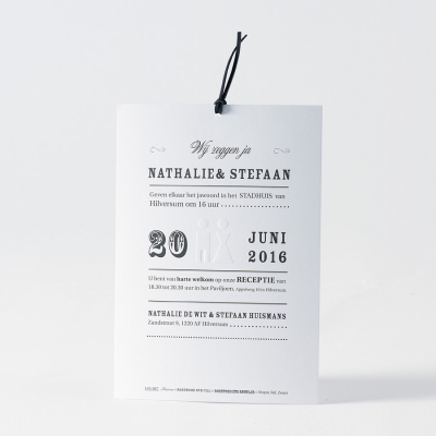 Zwarte kaart met bruidspaar en letterpress (105.087)