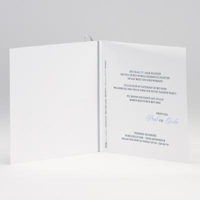 Vierkante blanco kaart met grijs lint en tags (106.084JUB)