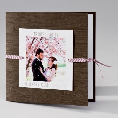 Bruine trouwkaart met roze toets (106.099JUB)