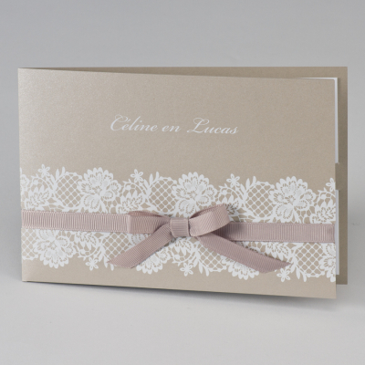 Bruine glinsterende trouwkaart met witte kant (108.061)