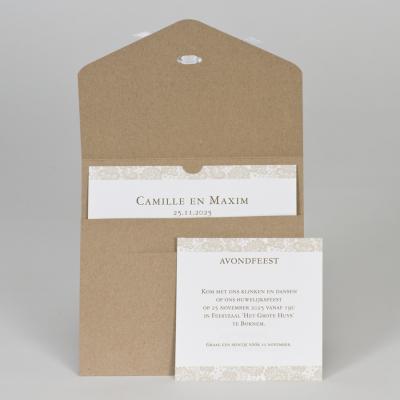 Vierkante bruine kaart met wit kantmotief en strikje (108.104)