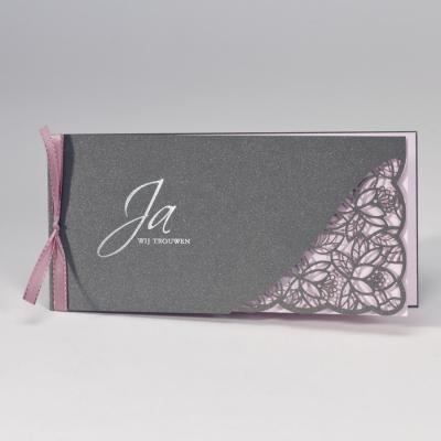 Staalgrijze trouwkaart met gelaserd kantmotief NL - roze (108.108)