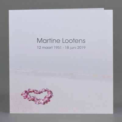 Vierkant rouwprentje met bloemenkrans op het strand (650.160)