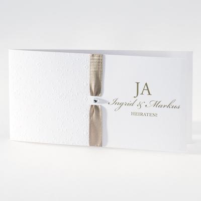 Elegante weiße Hochzeitskarte mit Prägung und hellbraunem Bändchen (106.009)