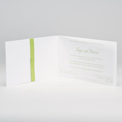 Elegante weiße Hochzeitskarte mit Prägung und grünem Bändchen (106.010)