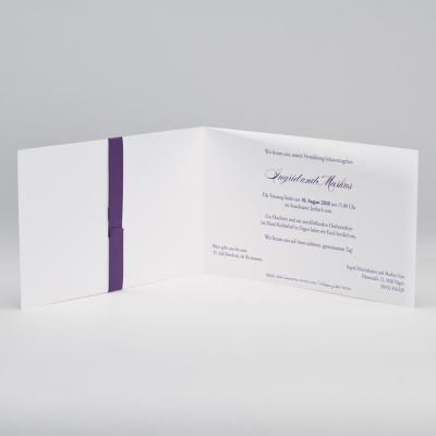 Elegante weiße Hochzeitskarte mit Prägung und violettfarbenem Bändchen (106.011)