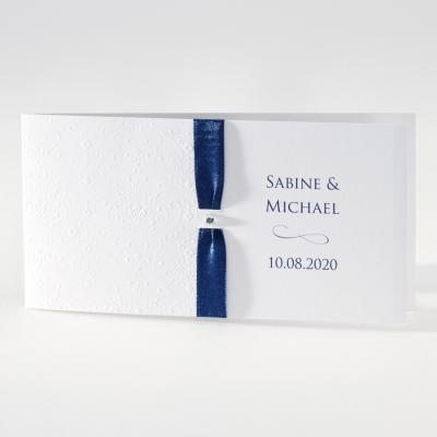 Elegante weiße Hochzeitskarte mit Prägung und blauem Bändchen (106.012)
