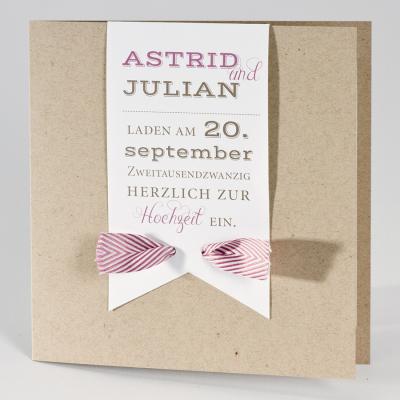 Naturbraune Hochzeitskarte mit weißer Fahne und rosa-weißem Bändchen (106.037)