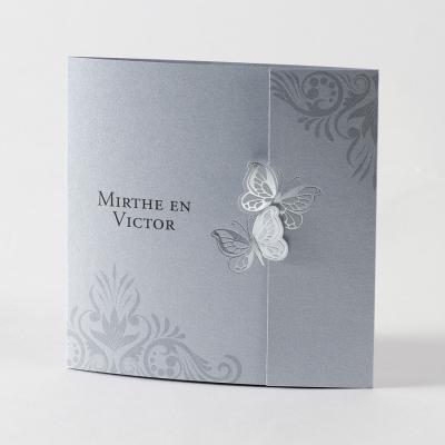 Zilverkleurige kaart met vlindersluiting in zilverfolie (105.016)