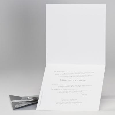 Zilverkleurige pochettekaart met kantmotief en lint (106.060)