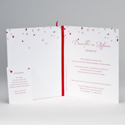 Feestelijke aankondiging met rode hartjes Ja wij trouwen (108.016)